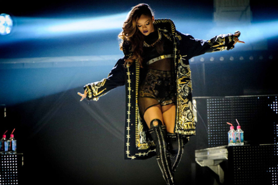 la-modella-mafia-rihanna-in-a-custom-givenchy-by-riccardo-tisci-outfit-for-her-2013-diamonds-world-tour-1