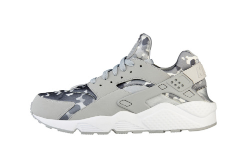03c9b9b0183ac1 ... uk highsnobiety x foot locker nike air huarache camo trapped magazine  6991c e0839 ...