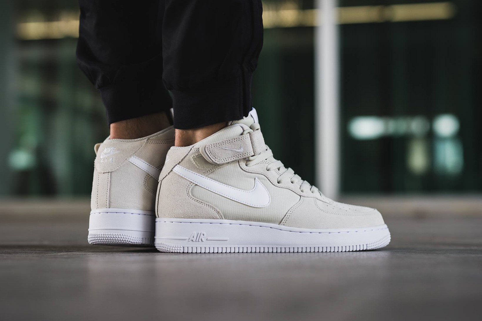 septiembre átomo tapa  The Nike Air Force 1 Mid Gets a Clean